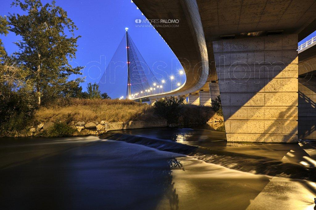 Bajo el puente atirantado